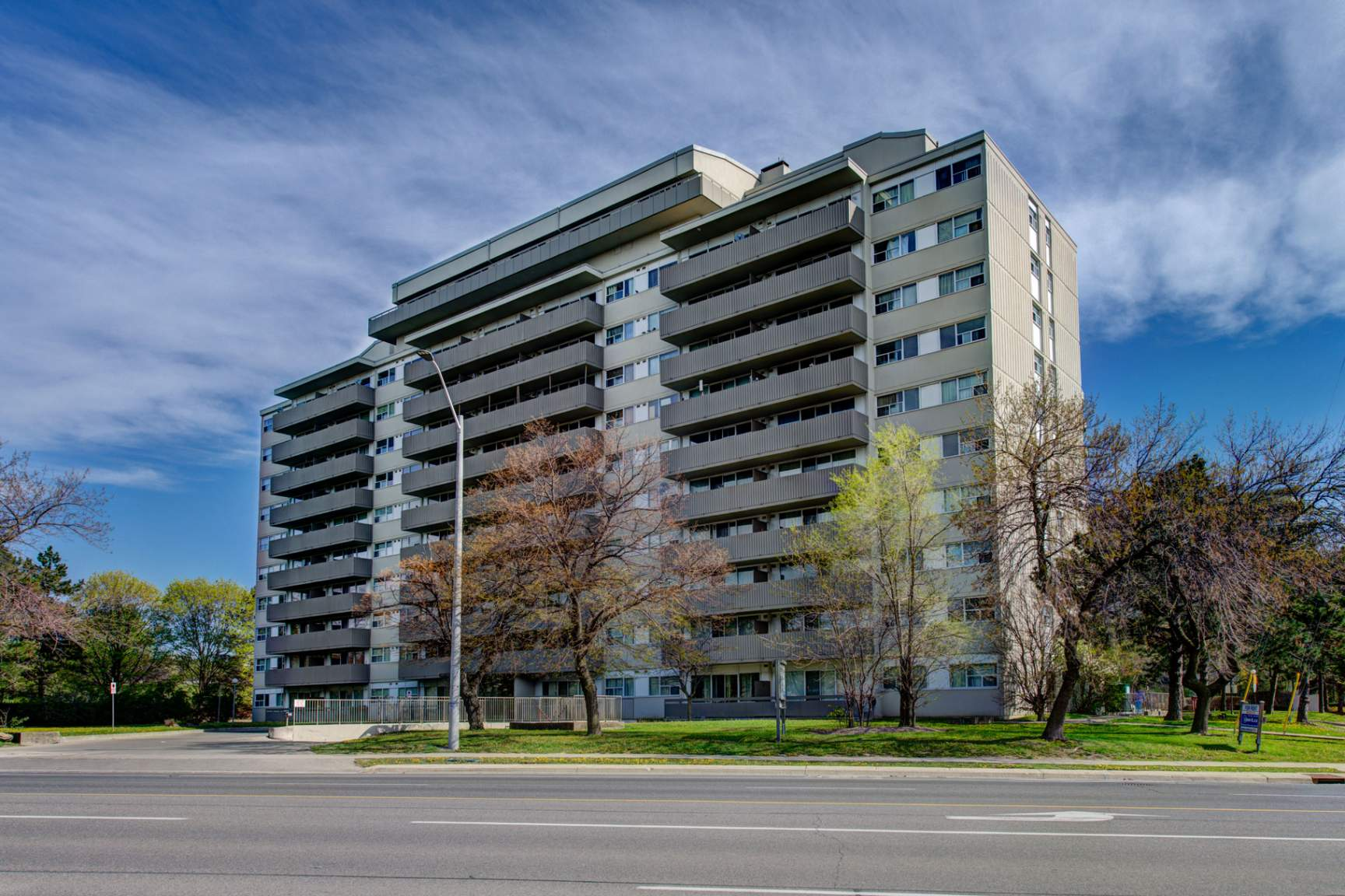 1 bedroom Apartments for rent in Mississauga at Royal Tower - Photo 02 - RentersPages – L138874