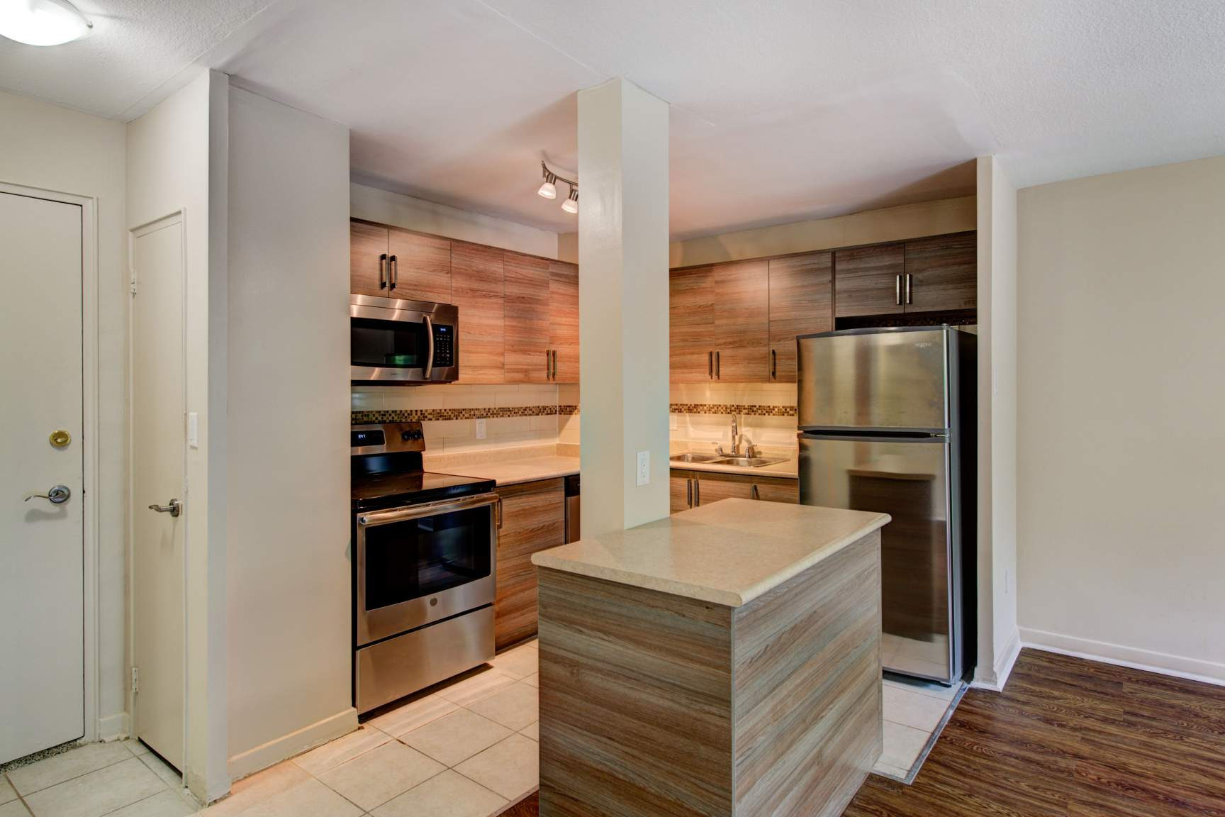 Studio / Bachelor Apartments for rent in Toronto at Lake Promenade Community - Photo 03 - RentersPages – L166815