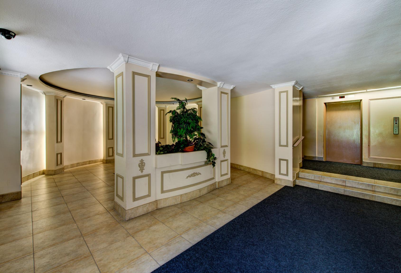 Studio / Bachelor Apartments for rent in Toronto at Lake Promenade Community - Photo 04 - RentersPages – L400279