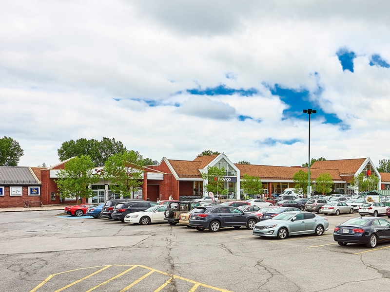 Shopping center for rent in Nuns' Island at Le-Village-Shopping-Centre - Photo 01 - RentersPages – L181767
