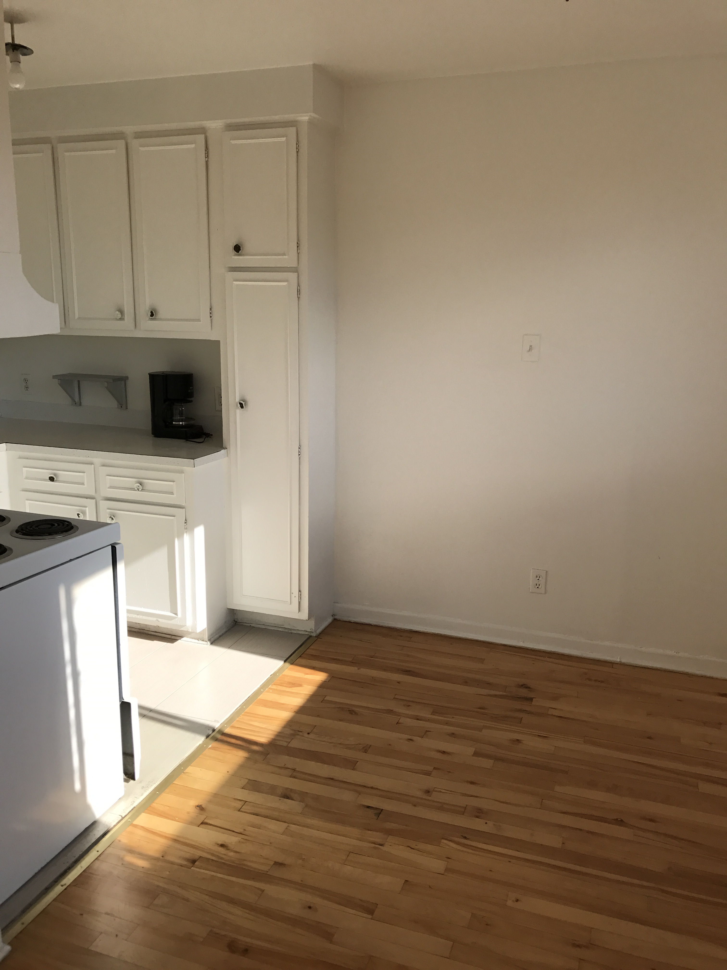 1 bedroom Apartments for rent in Laval at 4750 Samson - Photo 02 - RentersPages – L21500