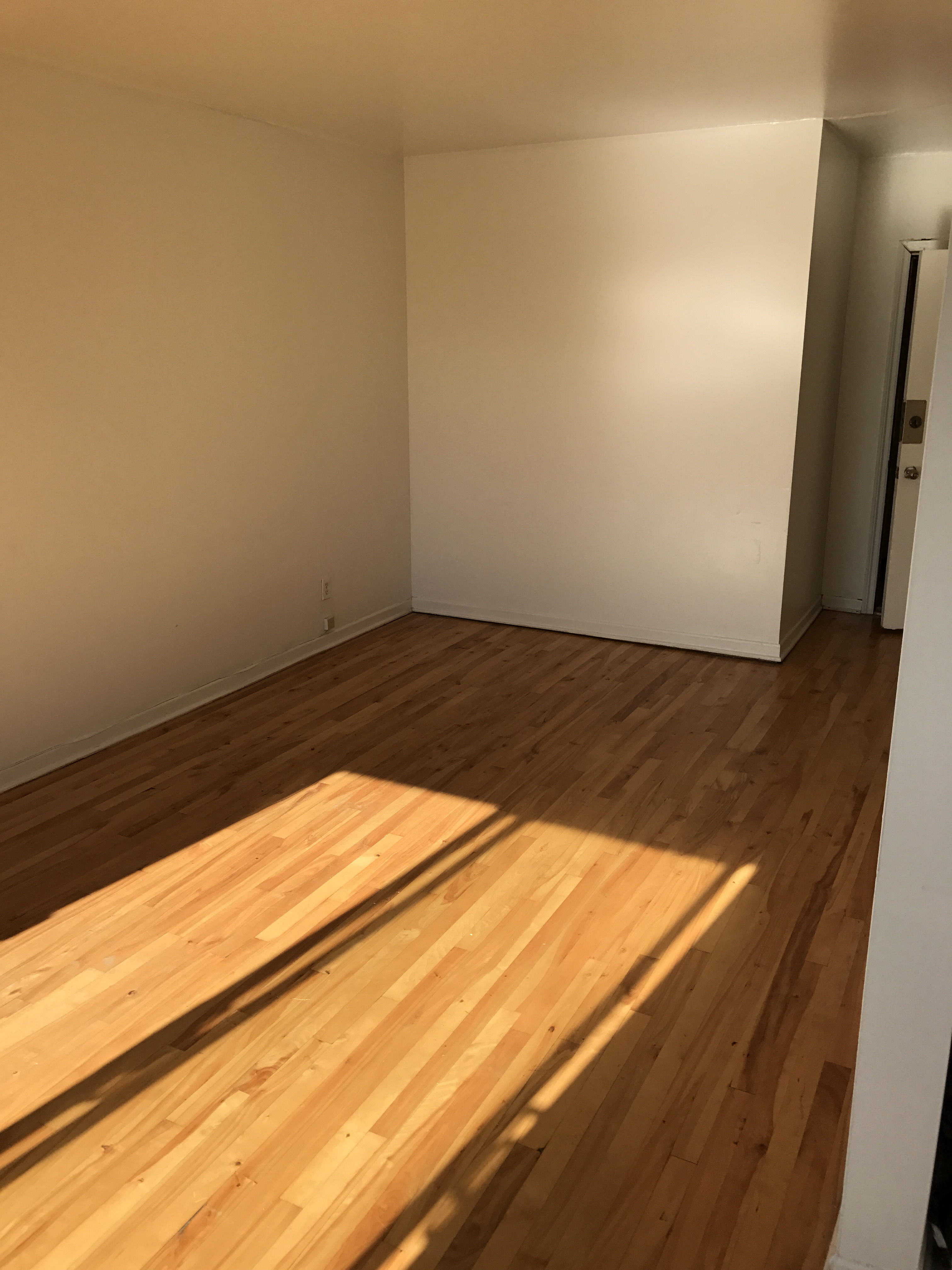 1 bedroom Apartments for rent in Laval at 4750 Samson - Photo 04 - RentersPages – L21500
