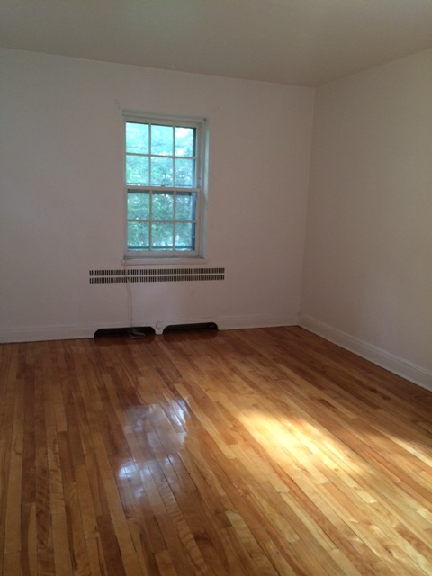 2 bedroom Apartments for rent in Cote-St-Luc at 5781-5783 Cote-St-Luc Road - Photo 03 - RentersPages – L23638
