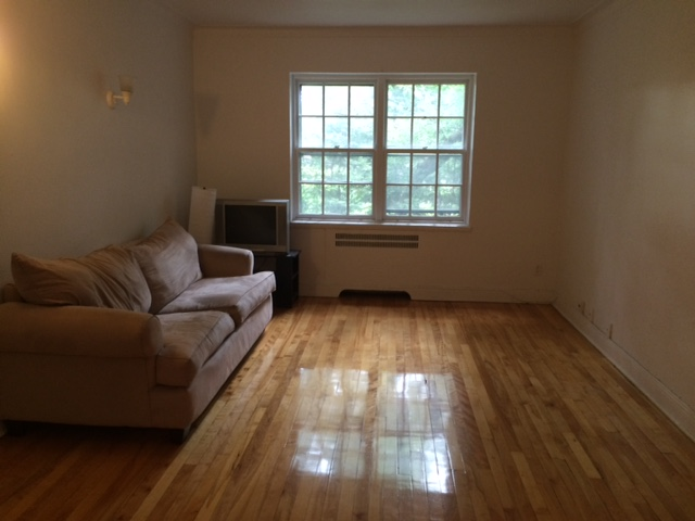 2 bedroom Apartments for rent in Cote-St-Luc at 5781-5783 Cote-St-Luc Road - Photo 04 - RentersPages – L23638